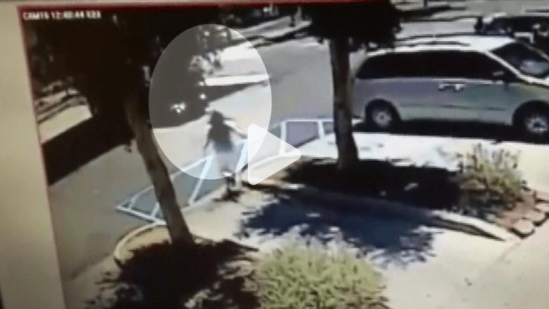 بالفيديو.. لص يسرق سيارة امرأة مع طفلتيها.. والأخت الكبرى تقفز مع شقيقتها لتنجو بحياتها