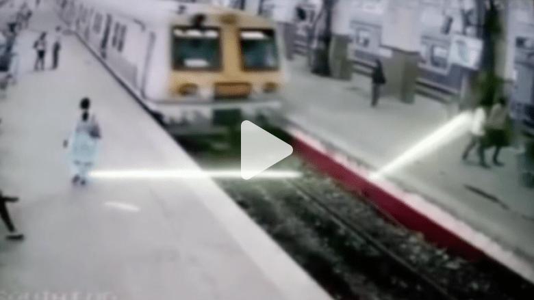 شاهد.. قطار في الهند يخرج عن سكته ويصيب الركاب بالمحطة