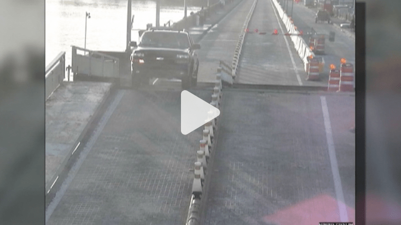 "شاهد.. سائق ""يقفز"" بالسيارة على جسر متحرك"