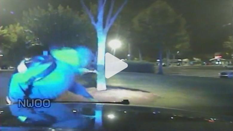 مطاردة بوليسية لثلاثة شبان حاولوا سرقة منزل.. وأحدهم يركل الكاميرا غضبا