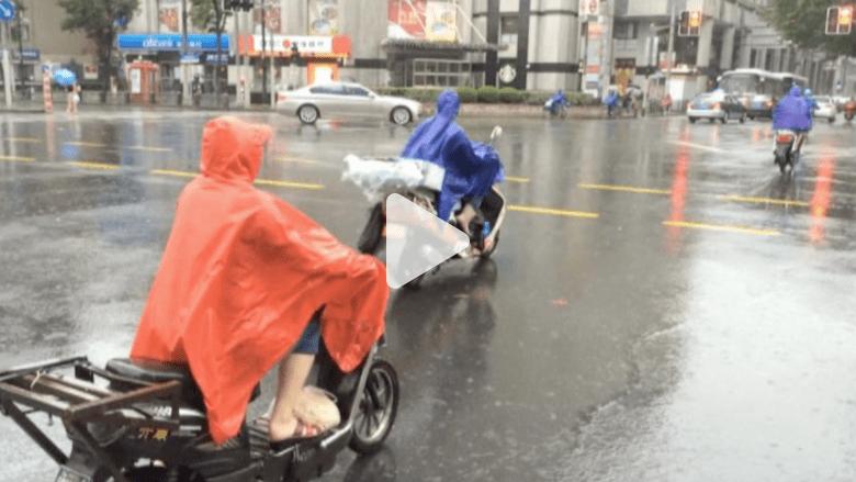 بالفيديو.. عاصفة تجبر عشرات الآلاف على الفرار من منازلهم بالصين