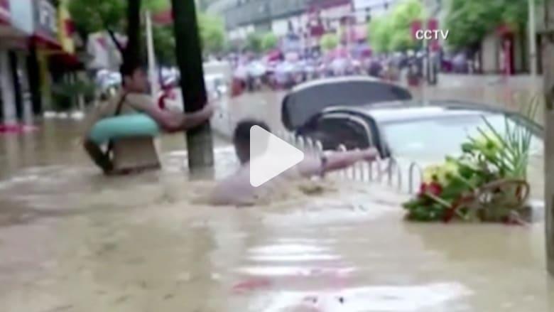 بالفيديو.. إجلاء آلاف السكان وخسائر فادحة في فيضانات بالصين