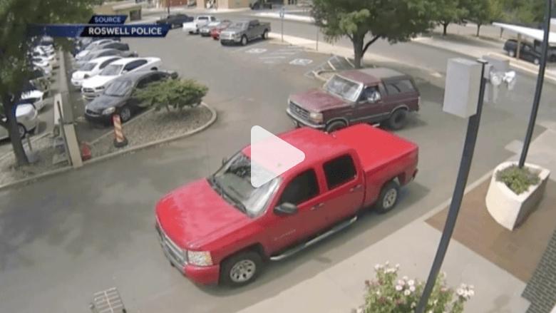 بالفيديو..رجل يوجه اللكمات لعشيق صديقته السابقة أمام مركز الشرطة