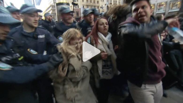 بالفيديو..اعتقال متظاهرين بمسيرات مناهضة للهجرة في أستراليا