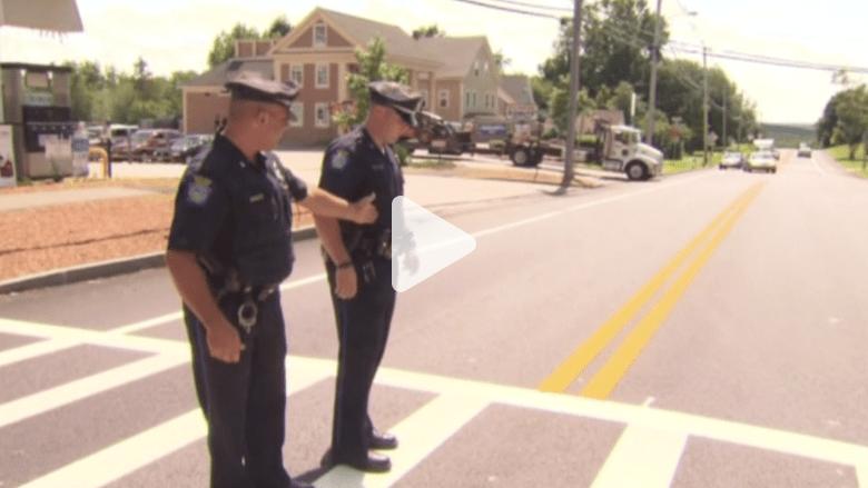 بالفيديو.. نجاة شرطيين من سائقة متهورة .. ودب في بركة الأطفال