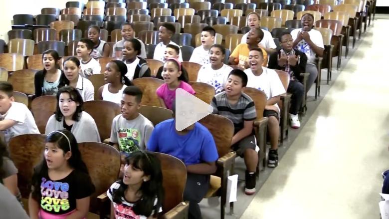 بالفيديو.. شاهد كيف فاجأ هؤلاء الطلاب معلمتهم المصابة بالسرطان