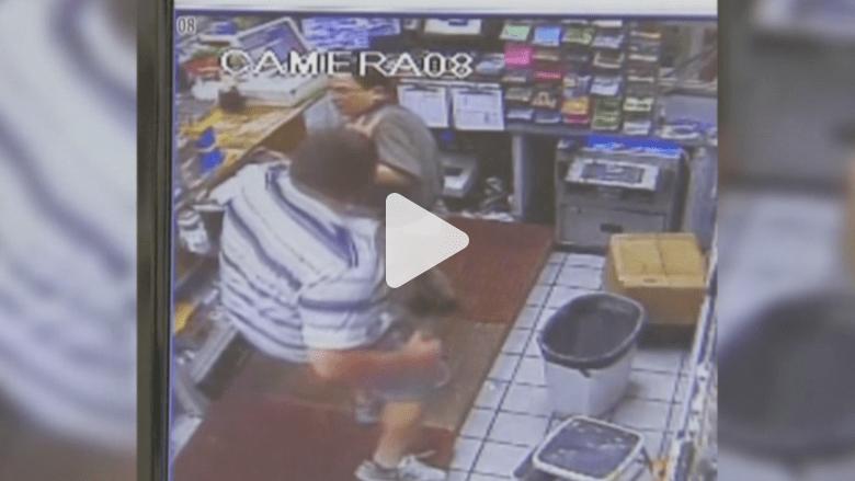 بالفيديو.. رجل يتدرب الملاكمة على وجه عاملين بمحطة وقود