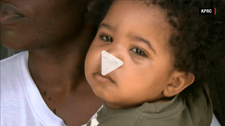بالفيديو.. أم تجد طفلها محبوسا لوحده في حضانة