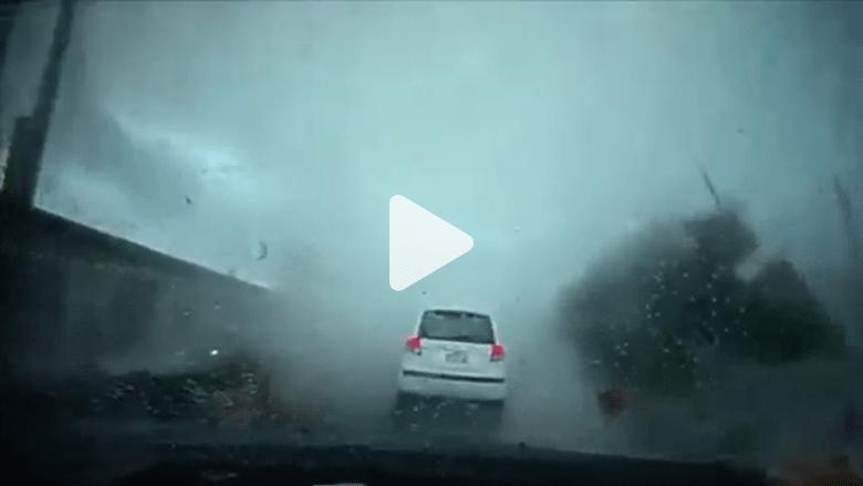 بالفيديو.. سيارة تطير في الهواء بسبب إعصار تايوان