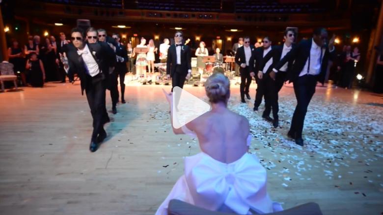 شاهد.. رجل يفاجيء عروسته برقصة مذهلة أثناء الزفاف