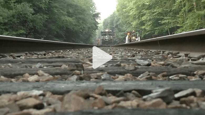 بالفيديو.. شاهد رجل ينجو من حادث سيارة ليموت دهساً بالقطار بعد لحظات