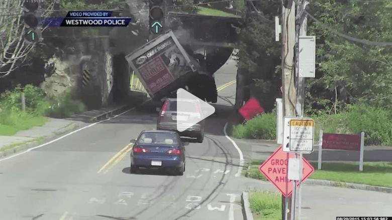 بالفيديو.. سائق تجاهل لوحة تحذير قبل جسر.. شاهد ماذا حدث!