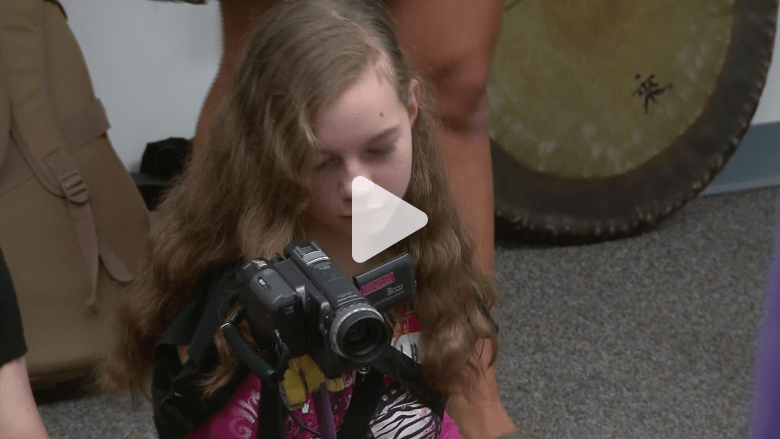 فتاة بدون ذراعين.. شاهد بالفيديو كيف أصبحت مصورة