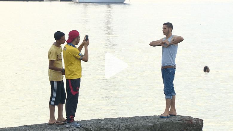 شاهد.. أول ما يفعله المهاجرون عند وصولهم اليونان
