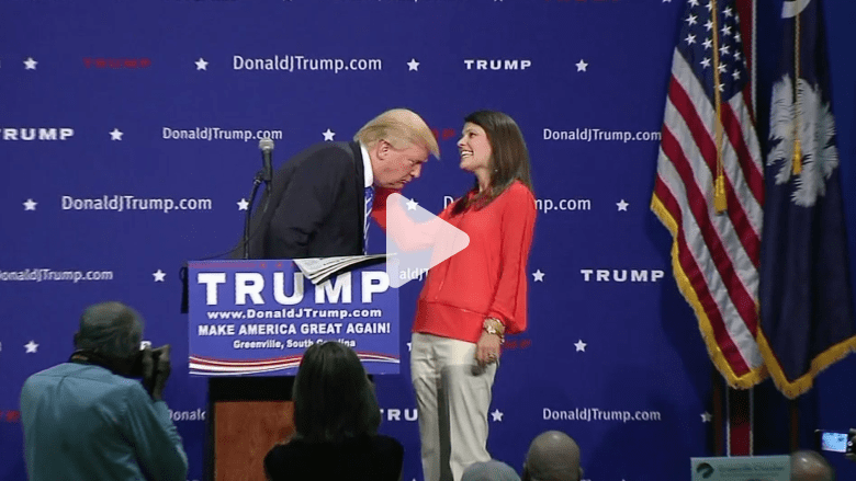 """بالفيديو.. شاهد سيدة تتأكد من أن شعر ترامب حقيقي وليس """"باروكة"""""""