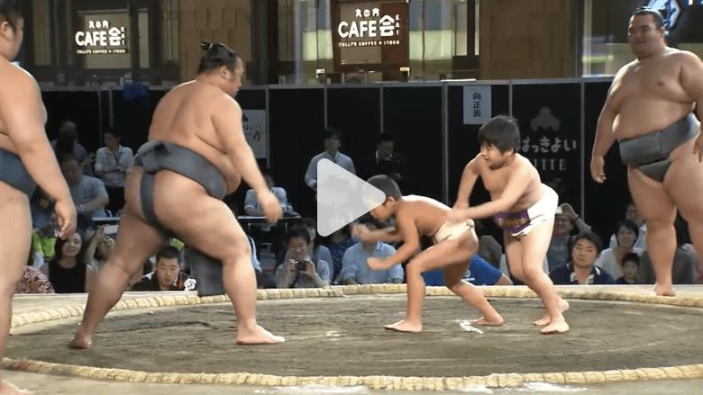 طفلان في الابتدائية يواجهان في اليابان أفضل مصارعي السومو