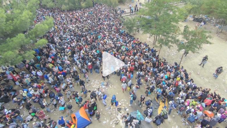 بالفيديو.. مصاعب وآلام اللاجئين السوريين عبر الحدود اليونانية