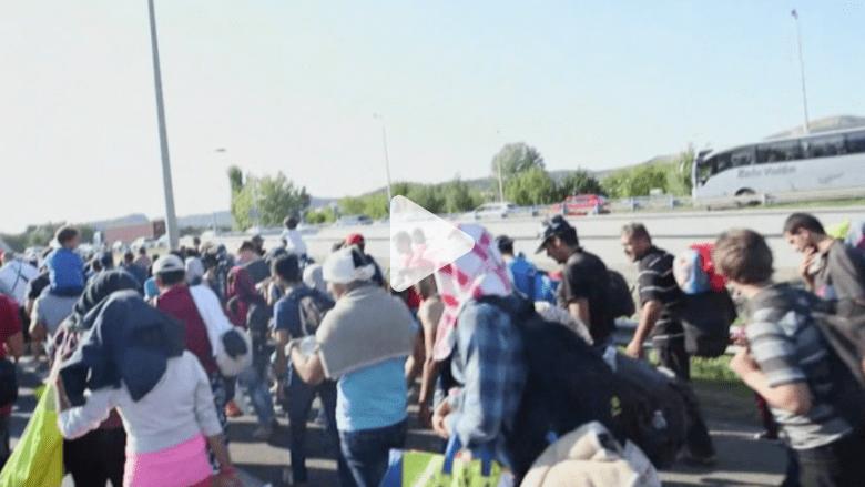 بالفيديو.. مئات اللاجئين يتجهون من المجر إلى النمسا سيراً على الأقدام