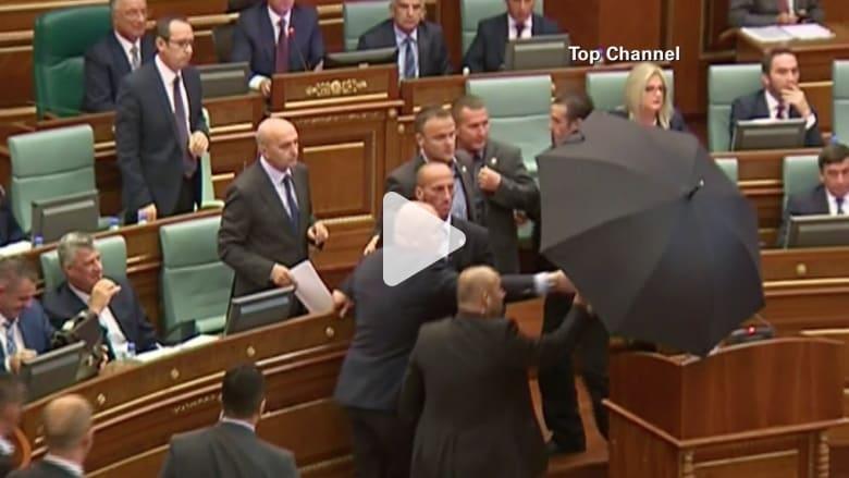 بالفيديو.. شاهد رشق رئيس وزراء كوسوفو بالبيض داخل البرلمان