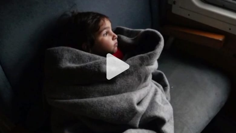 بالفيديو: مصور يلتقط بعدسته معاناة اللاجئين في رحلتهم إلى أوروبا