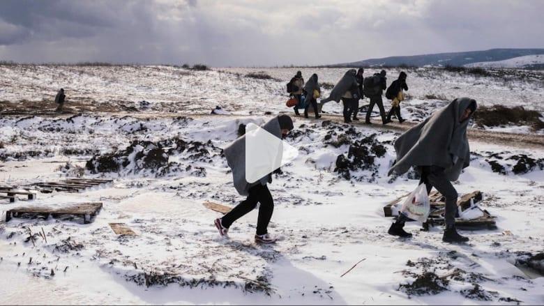 """اللاجئون يعانون الأمرّين في رحلة العبور إلى أوروبا .. """"عزيمة نارية"""" وسط درجات حرارة تحت الصفر"""