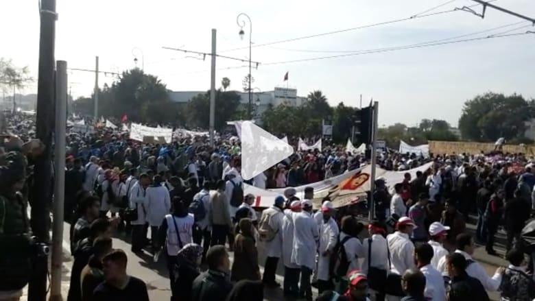 """بالفيديو: آلاف الأساتذة المتدربين يحتجون في مسيرة ضخمة بالرباط لـ""""إسقاط المرسومين"""""""