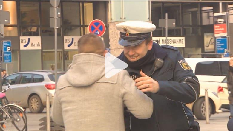 بالفيديو: شرطي من كولونيا الألمانية يتحدث عن الاعتداءات الجنسية واللاجئين.. المجرمون أقلية