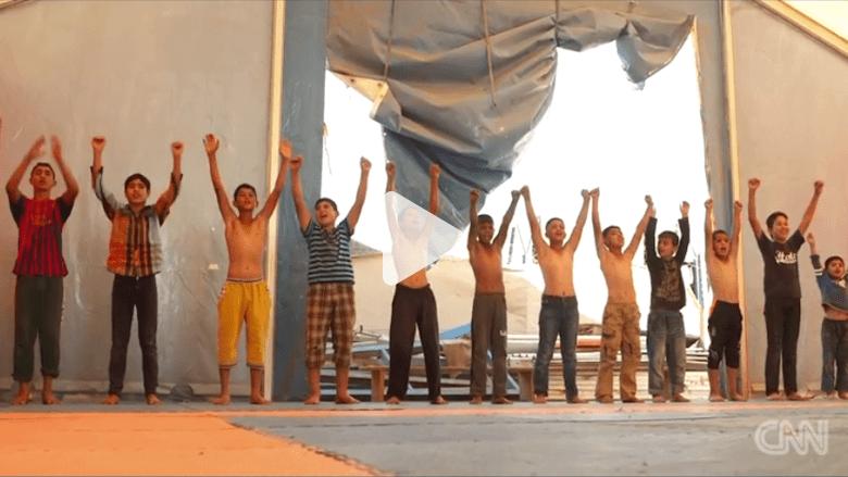 بالفيديو: بطل مصارعة سوري رفض التجنيد وعمل كمدرب مصارعة في مخيم الزعتري