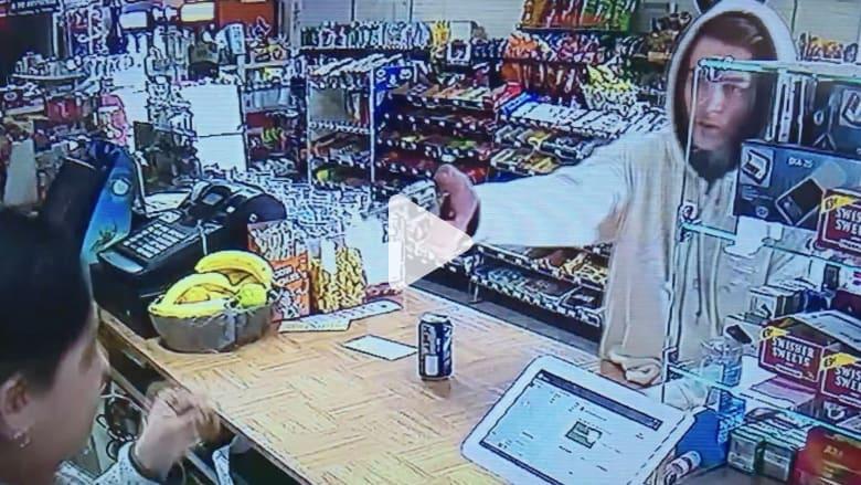 شاهد: لص يُشهر سلاحه بوجه موظفة في متجر.. ومفاجأة لم يتوقعها