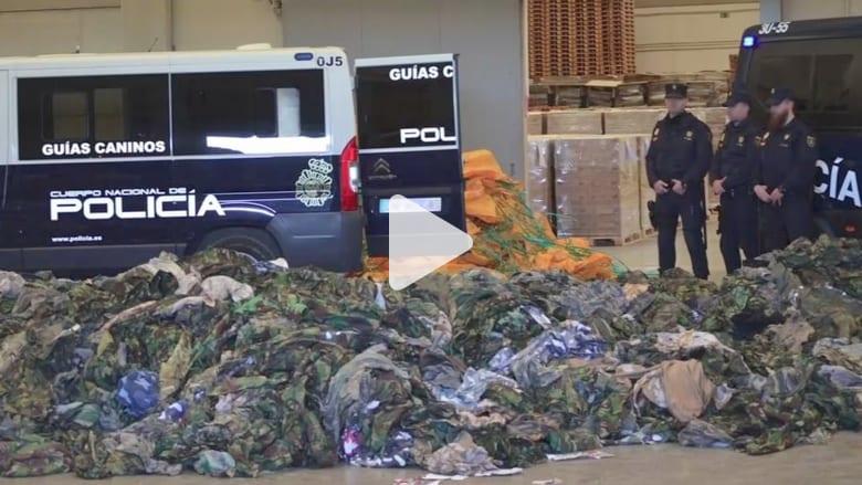 """شاهد.. الشرطة الاسبانية تضبط 20 ألف زي عسكري كانت في طريقها إلى """"داعش"""" و""""النصرة"""""""
