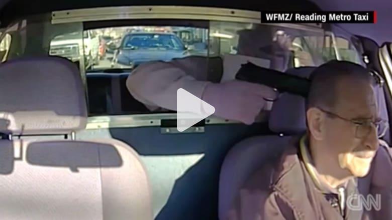 بالفيديو: لص مسلح يحاول سرقة سائق سيارة أجرة.. لكن الجريمة لم تكتمل