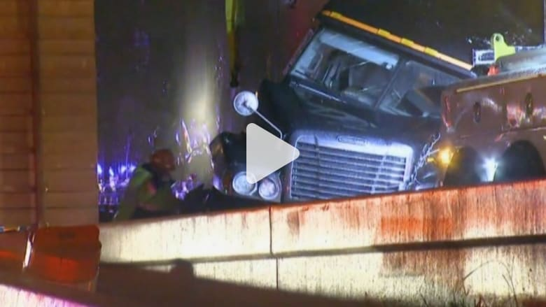 بالفيديو: تحطم شاحنة على حافة جسر في تكساس