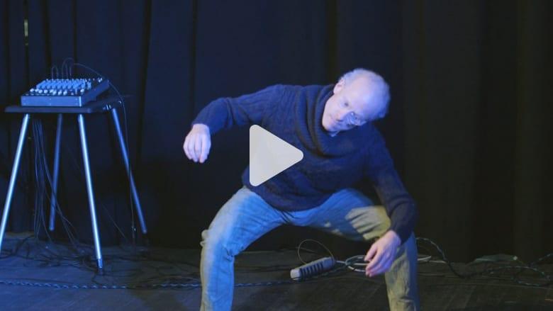 شاهد.. هذا الرجل يخلق الموسيقى باستخدام جسده