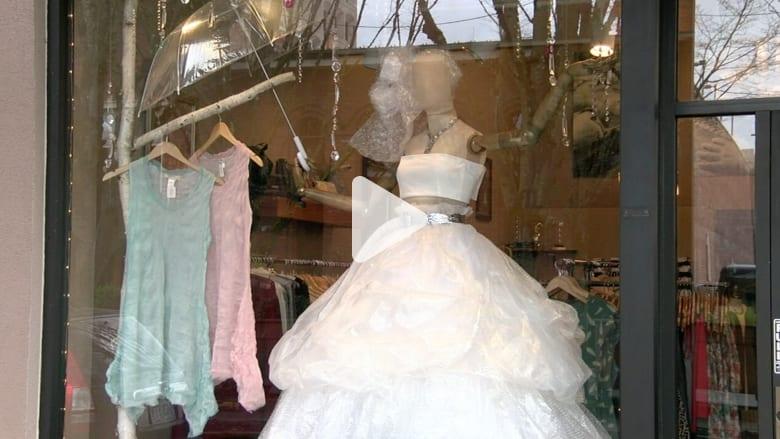 شاهد.. فستان زفاف مصنوع من أكياس تغليف بلاستيكية