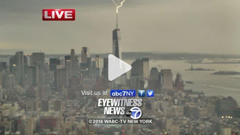 شاهد.. صاعقة مفاجئة تضرب أعلى برج في نيويورك خلال تغطية على الهواء