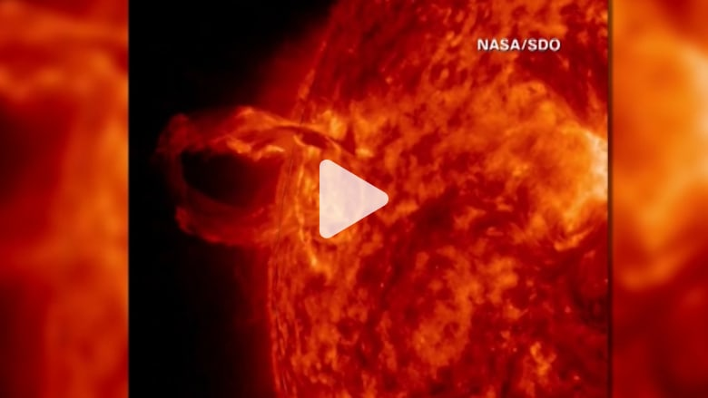 """شاهد: """"ناسا"""" تنشر فيديو لفورة شمسية تمتصها الشمس مجددا"""