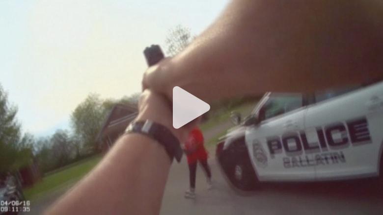 بالفيديو: ضابط أمريكي يطلق النار على امرأة حاولت الهجوم عليه بفأس