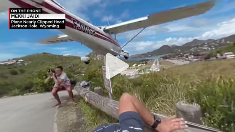 """""""لحظة مرعبة"""": شاب يحاول التقاط صورة لطائرة أثناء هبوطها.. شاهد ماذا حدث له!"""