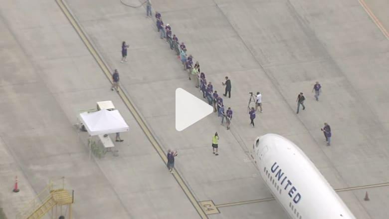 شاهد.. موظفو شركة طيران يسحبون طائرة عملاقة بحبل