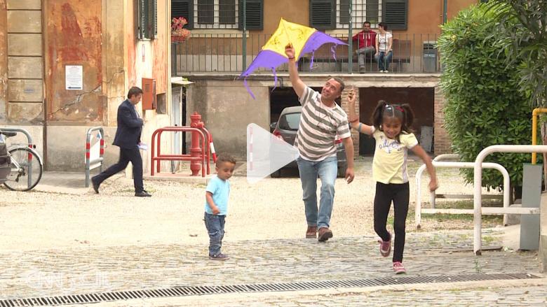 شاهد كيف تبدو حياة سوريين سافروا مع البابا فرانسيس للفاتيكان وما رأيهم بالمسؤولين العرب!