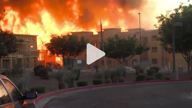 بالفيديو: حريق هائل في بناية سكنية بولاية أريزونا الأمريكية