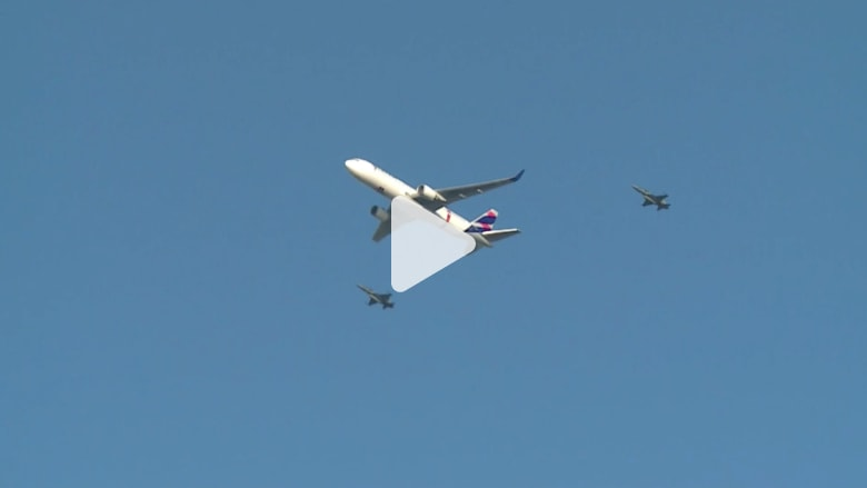 شاهد.. مقاتلات برازيلية ترافق طائرة تحمل على متنها الشعلة الأولمبية