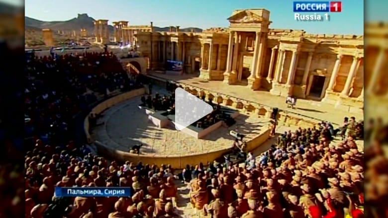 """بالفيديو: أوركسترا روسية تعزف في تدمر بمناسبة """"عيد الشهداء"""" في سوريا و""""عيد النصر"""" في روسيا"""