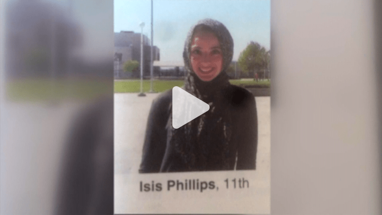 """بالفيديو: فتاة مسلمة يُكتب اسمها في كتاب المدرسة السنوي """"داعش فيليبس"""""""