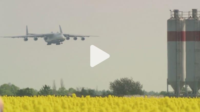 شاهد.. لحظة هبوط أضخم طائرة في العالم