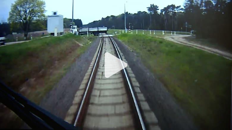 شاهد ماذا حصل عندما تفاجأ قطار مسرع بشاحنة متوقفة بمساره