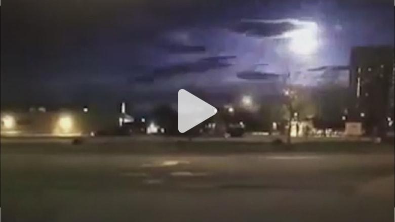 شاهد.. كاميرا سيارة تلتقط لحظة سقوط نيزك بالصدفة