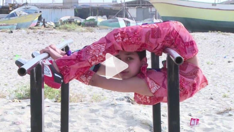 """بالفيديو: """"الطفل العنكبوت"""".. فلسطيني يسعى إلى كسر الرقم القياسي العالمي"""