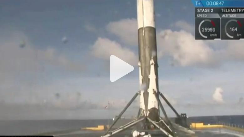 """شاهد كيف هبط صاروخ """"فالكون 9"""" على متن سفينة بالمحيط الأطلسي"""