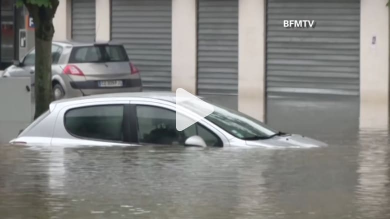 الرئيس الفرنسي يعلن حالة الطوارئ بسبب الفيضانات.. وإغلاق متحف اللوفر لنقل القطع الفنية